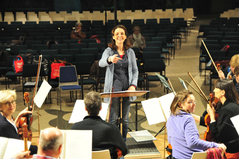 Patty Kontogianni probt mit dem Chor Levantate UlmParaskevi Kontogianni